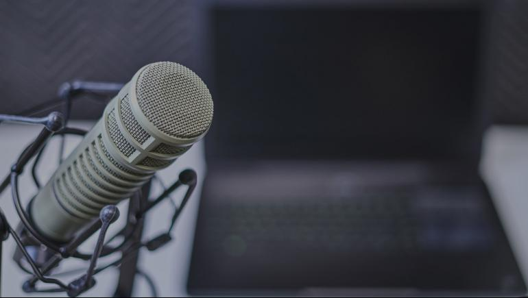 billede af mikrofon foran computer. Nota sætter lyd til lokalavisen
