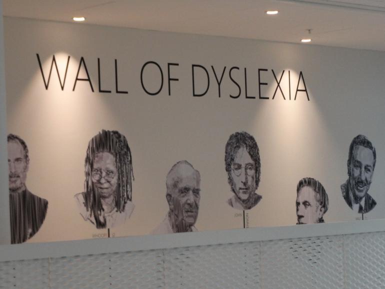 HF og VUC Fyns 'Wall of dyslexia' en væg med kendte ordblinde