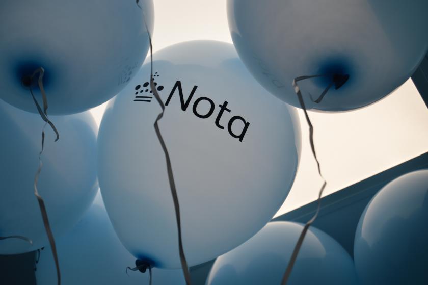 Balloner med Notas logo på.