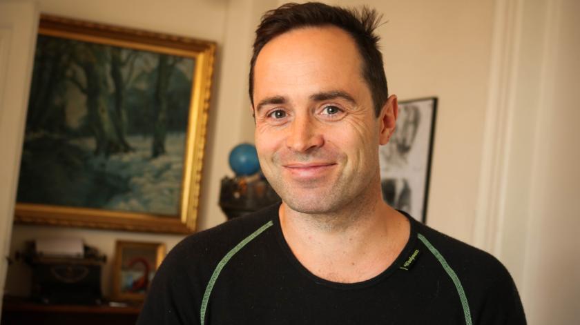 Forfatteren Emil Blichfeldt der smiler