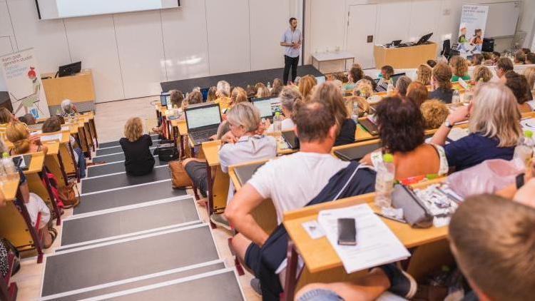 Deltagere på konference lytter til oplæg