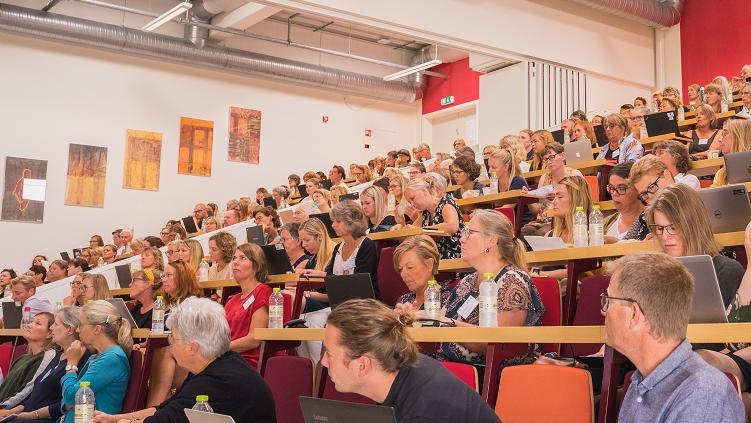 Konferencedeltagere lytter til oplæg