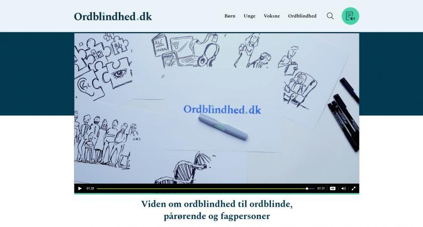 billede af videosekvens fra hjemmesiden ordblindhed.dk Forestiller tegninger af hjælpemidler, som høretelefoner, computere med mere. Ineholdende teksten ordblindhed.dk. og hjælp og viden til ordblinde, pårørende og fagpersoner