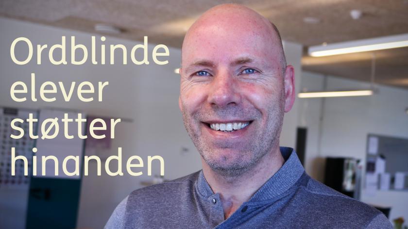 """Carsten Milan Nielsen. På billedet står teksten: """"Ordblinde elever støtter hinanden."""""""