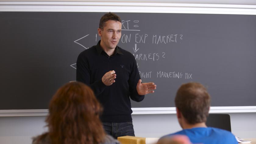 Lærer underviser skoleklasse