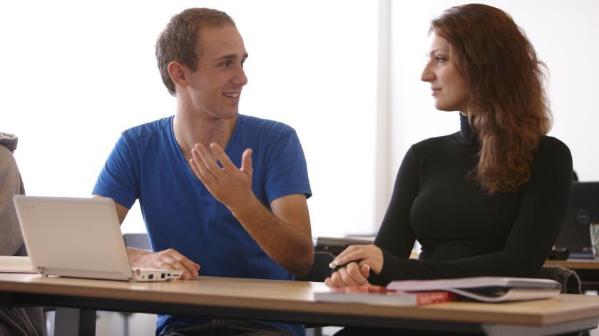 Unge studerende samarbejder