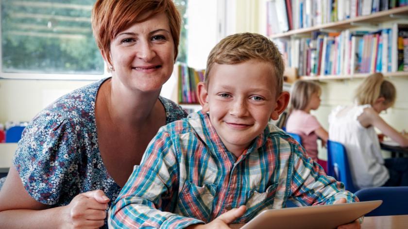 Mor og søn læser på Ipad