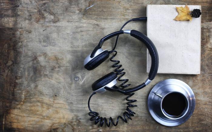kaffekop og device med høretelefoner