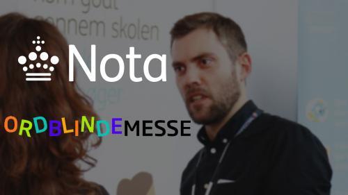 Billede af Nota-medarbejder på stand og logoer for Nota og Ordblindemessen