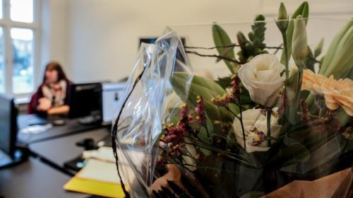 De lokale medarbejdere fra Lolland-Falster blev modtaget med blomster på det nye kontor.