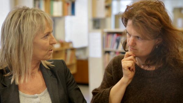 Læsevejleder Marianne Glarborg Ellingsen og mor til ordblindt barn. Jill Ann Press sidder og taler sammen